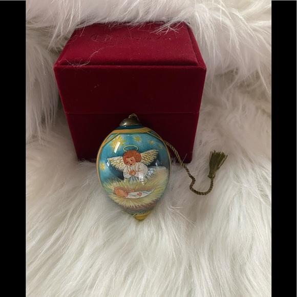 Me Qwa Art Ornament Angel over Baby Jesus